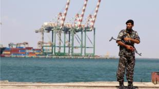 Un policier près du port d'Aden, au Yémen, le 16 novembre 2019.