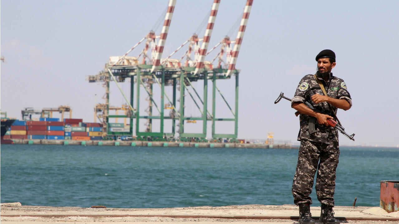 Imagen de archivo de un policía cerca del puerto de Adén, en Yemen, el 16 de noviembre de 2019.
