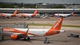 Un avión de la compañía Easyjet, fotografiado en el aeropuerto de Manchester, en el norte de Inglaterra, el 11 de mayo de 2020
