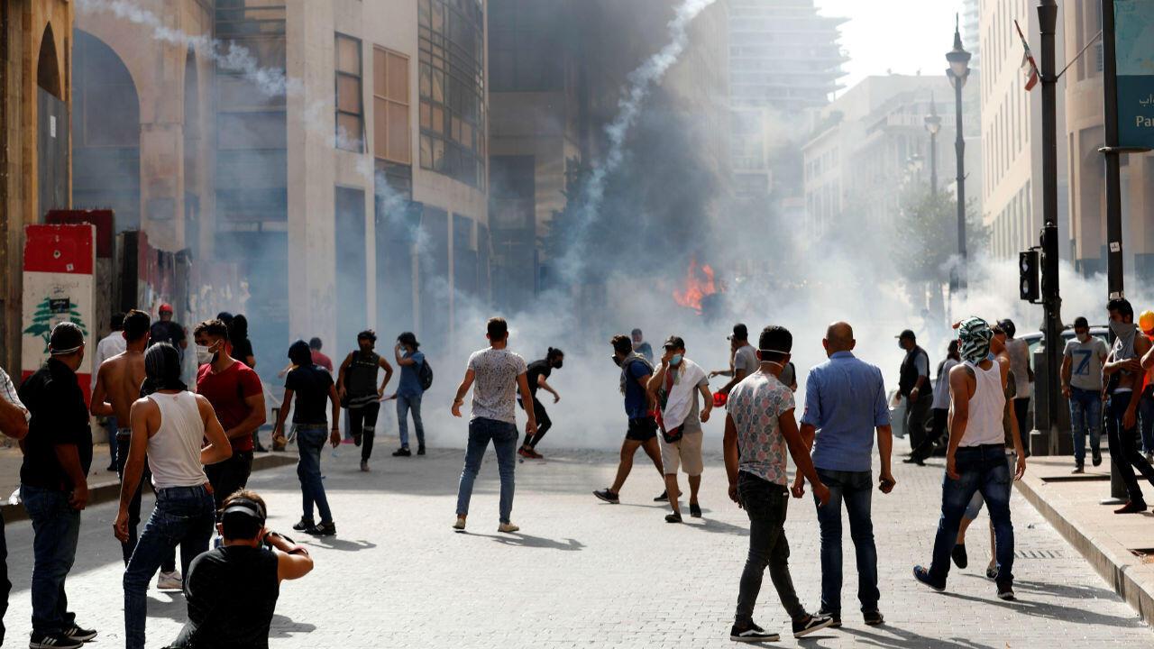 Las fuerzas de seguridad disparan gases lacrimógenos contra los manifestantes durante una protesta cerca del parlamento en Beirut el 8 de agosto de 2020.