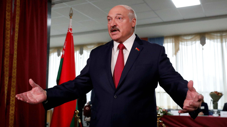 El presidente de la República de Belarus, Alexander Lukashenko indicó en una rueda de prensa integrará su país con Rusia si hay una amenaza a su soberanía. La afirmación la hizo después de votar en las elecciones parlamentarias de su país, dejando en evidencia el distanciamiento entre Minsk y Moscú, aliados históricos. Minsk, Belarus. 17 de noviembre de 2019.