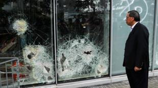 El presidente del Consejo Legislativo, Andrew Leung, observa los vidrios dañados una noche después del asalto que sufrió la sede, el 2 de julio de 2019.