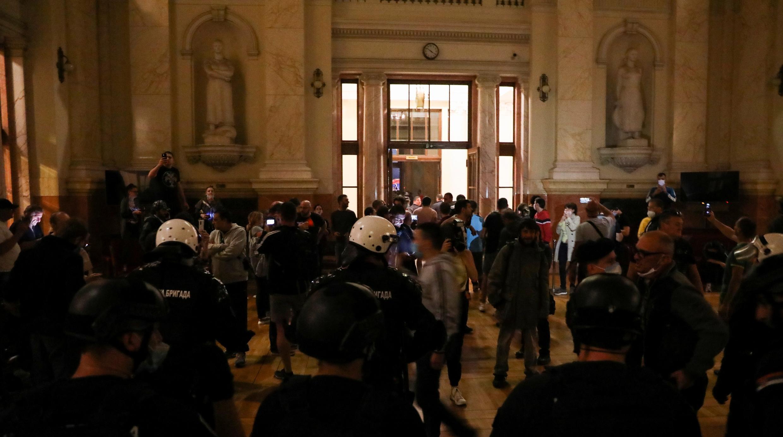 Los manifestantes son vistos en el edificio del Parlamento serbio durante una protesta contra un aviso de bloqueo en Belgrado, Serbia, el 7 de julio de 2020.