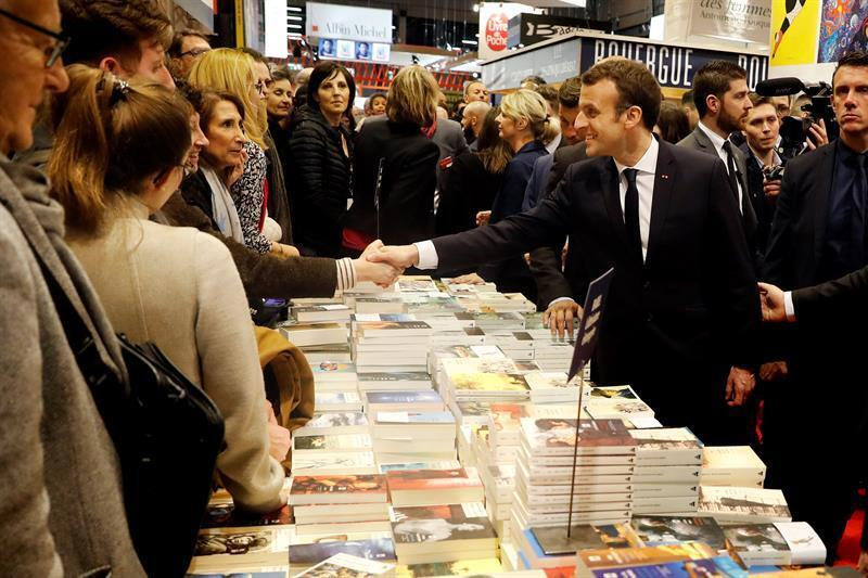 El presidente Emmanuel Macron saluda a los editores durante la inauguración del Salón del Libro de París.