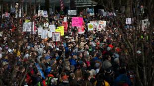 مئات الآلاف تجمعوا في واشنطن للمطالبة بتشديد الرقابة على الأسلحة 24 آذار/مارس 2018.