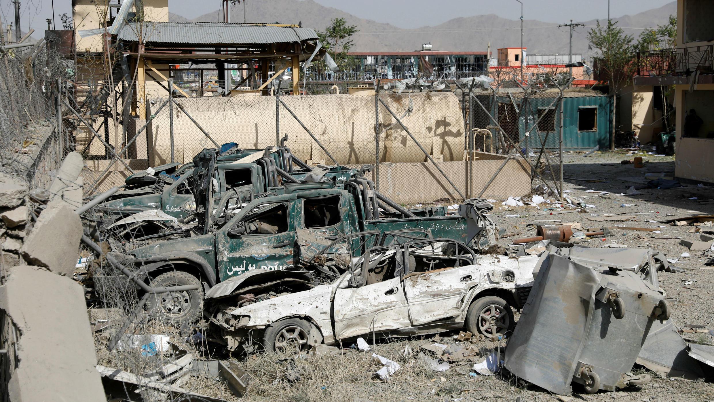 Varios vehículos de la Policía resultaron afectados tras la explosión de un carro bomba en Kabul, Afganistán, el 7 de agosto de 2019.