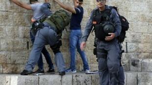 الشرطة الإسرائيلية تفتش شبانا فلسطينيين عند باب العمود في القدس 18 أكتوبر 2015