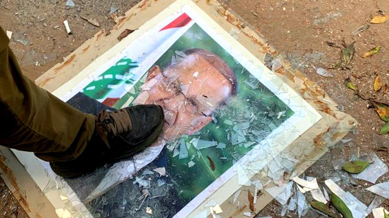 Un manifestante pisa una foto del presidente libanés Michel Aoun, en el Ministerio de Relaciones Exteriores durante una protesta tras la explosión del martes, en Beirut, Líbano, el 8 de agosto de 2020.