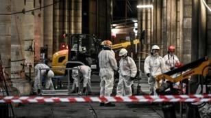 Trabajadores durante las labores preliminares en la catedral de Notre Dame, el 17 de julio de 2019 en París.