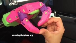 Prototype de main réalisé par l'association américaine e-Nable grâce à une imprimante 3D.