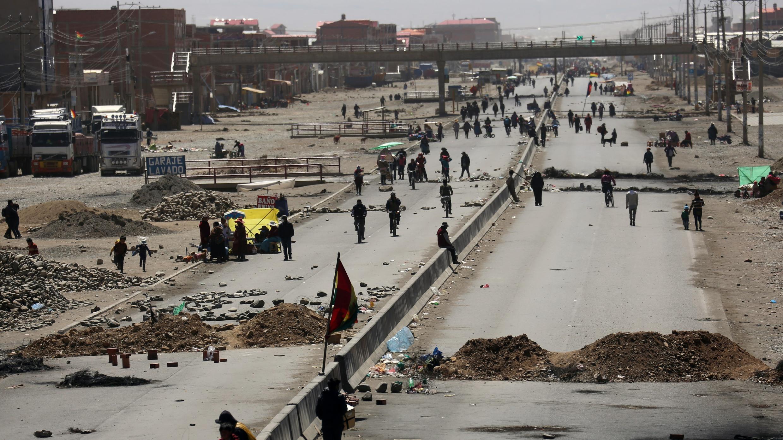 Simpatizantes del expresidente boliviano Evo Morales bloquean la carretera entre La Paz y El Alto, el 12 de agosto de 2020.