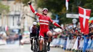 El danés Mads Pedersen celebra luego de cruzar primero la meta en la final masculina de élite del Mundial de Ciclismo de Ruta, en Harrogate, Gran Bretaña, el 29 de septiembre de 2019.