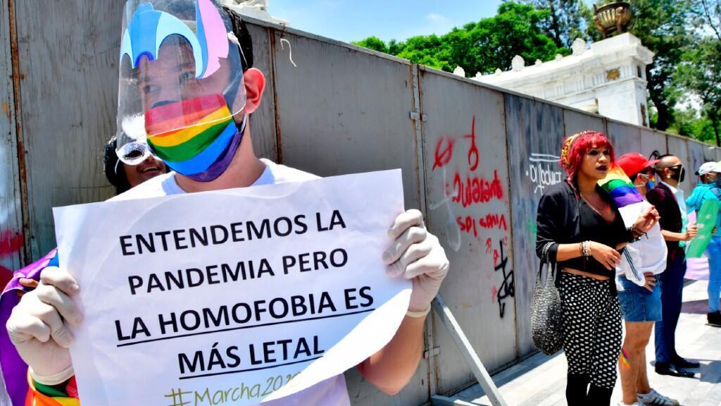 Decenas de personas se concentraron en Ciudad de México, la capital mexicana, en el día del Orgullo LGTB+ este 28 de junio de 2020.