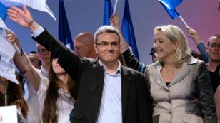 Aymeric Chauprade et Marine Le Pen côte à côte durant un meeting de campagne, le 18 mai 2014 à Paris.