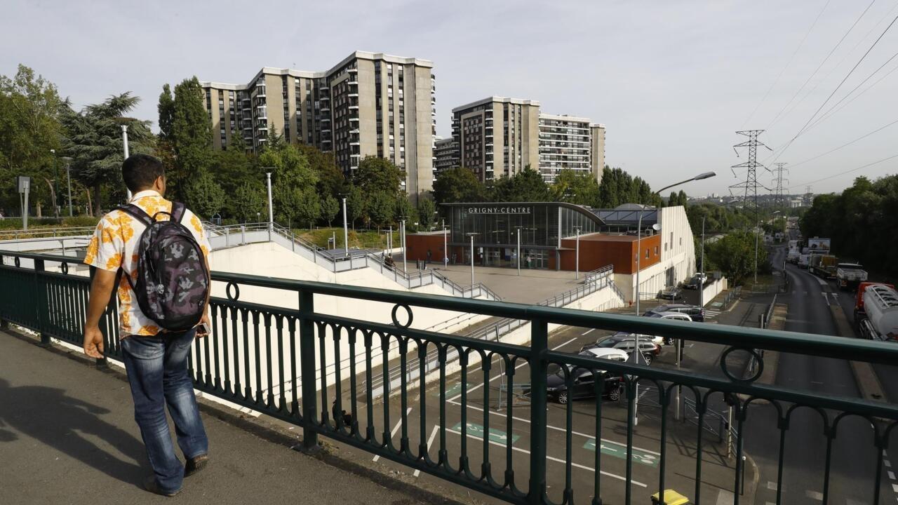 Image In gritty Paris suburb, virus sparks 'social tsunami'