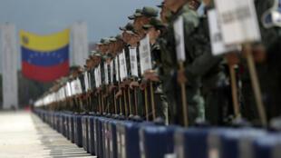 Los soldados venezolanos permanecen de pie con material de votación durante una ceremonia en Caracas antes de las elecciones regionales, el 9 de octubre de 2017.