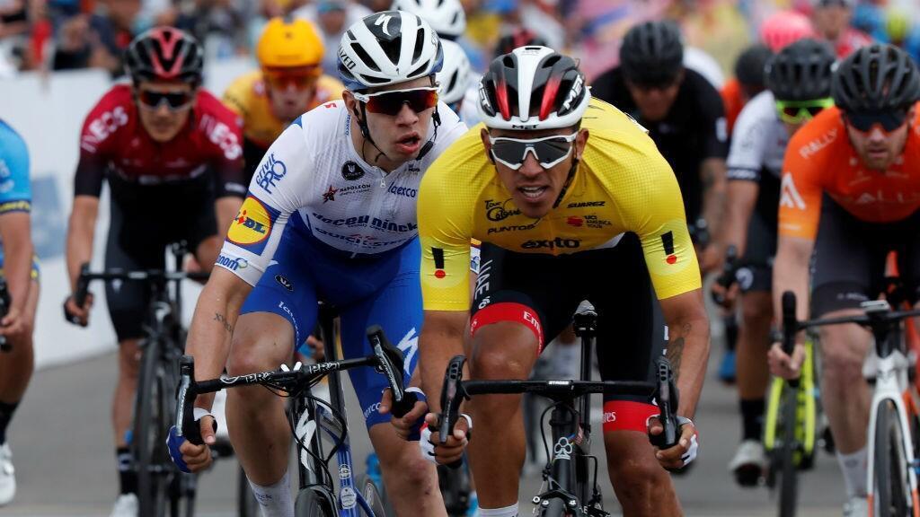 El ciclista colombiano Juan Sebastián Molano (derecha) del UAE Emirates supera en el embalaje a su compatriota Álvaro Hodeg (izquierda), del Deceunick-Quick Step, durante la quinta y penúltima etapa del Tour Colombia 2.1 en Zipaquirá, Colombia, el 15 de febrero de 2020.
