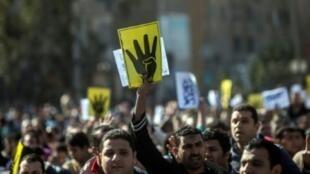 """مناصرون لجماعة """"الإخوان المسلمون"""" في تظاهرة في الذكرى الأولى لفض اعتصام ميدان رابعة العدوية"""
