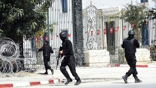 Tunisian special forces get ready to storm the museum
