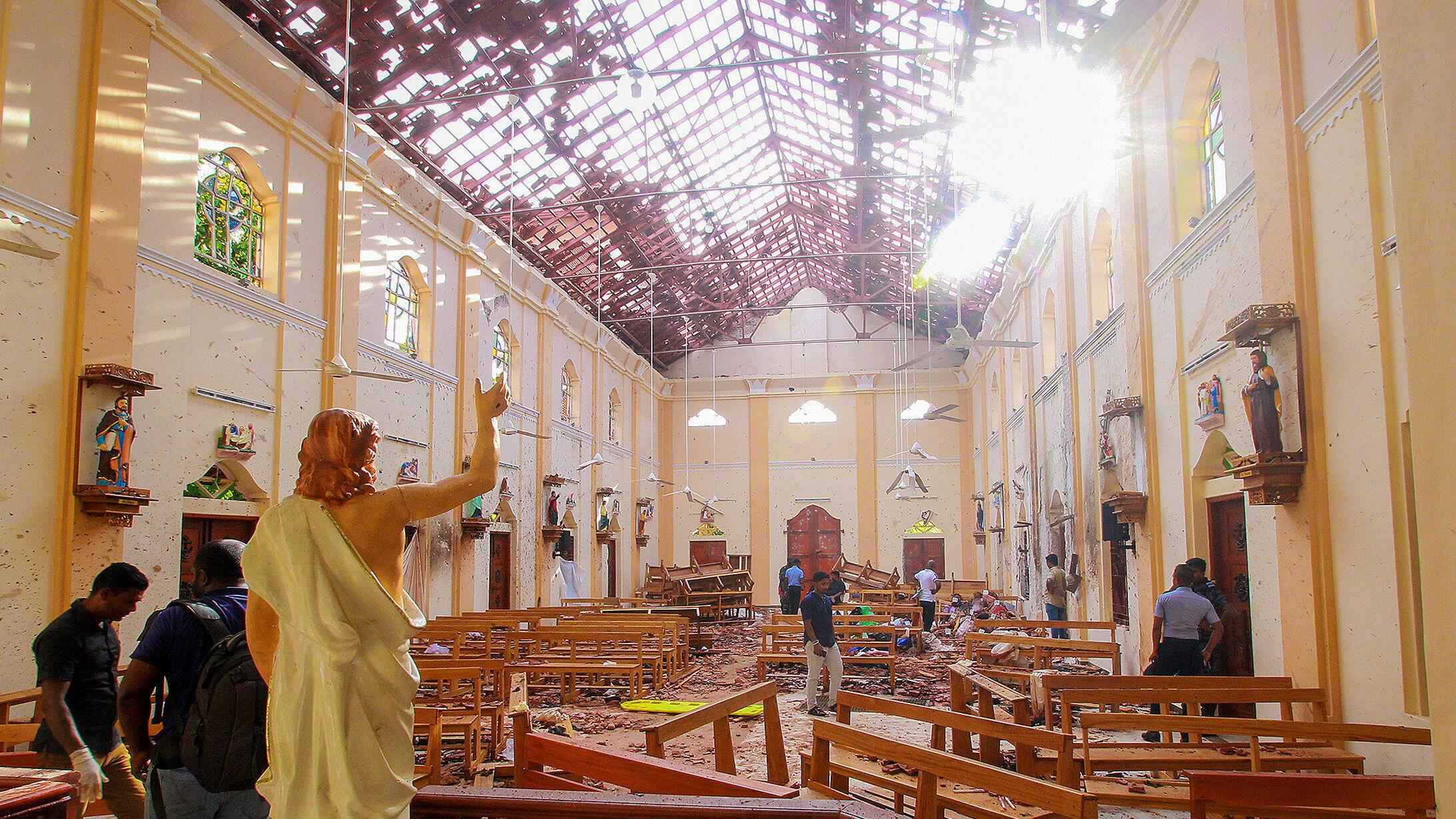 Las autoridades inspeccionan el lugar, tras la explosión de una bomba en el interior de la Iglesia de San Sebastián en Negombo, Sri Lanka, el 21 de abril de 2019.