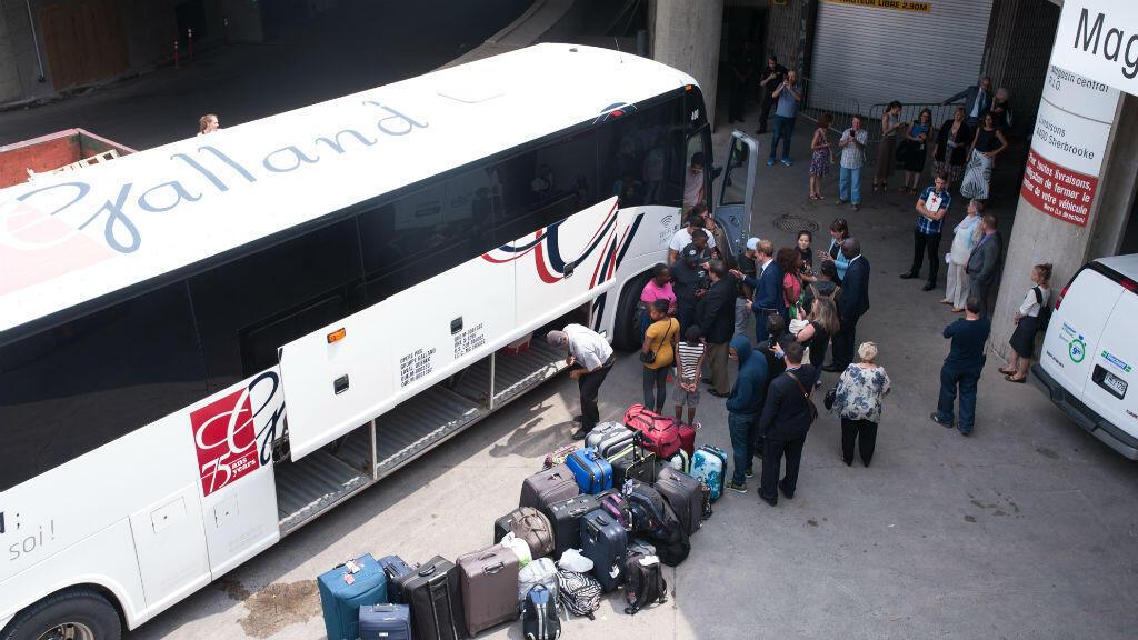 Un bus de réfugiés haïtiens arrive au stade olympique de Montréal le 3 août.