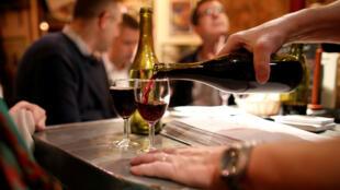 Un mesero sirve una copa del vino Beaujolais Nouveau en un bistró de París, en noviembre de 2017.