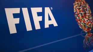 صورة لشعار الاتحاد الدولي لكرة القدم (فيفا) خلال مؤتمر صحافي لرئيسه السويسري جاني إنفانتينو في اسطنبول في 15 شباط/فبراير 2019.