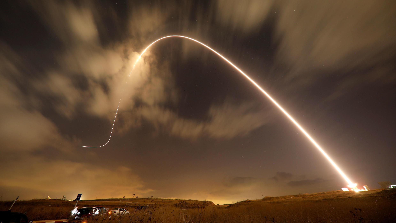 El sistema antimisiles de Iron Dome dispara un misil interceptor mientras se lanzan proyectiles desde Gaza hacia Israel, cerca de la ciudad sureña de Sderot, Israel, el 9 de agosto de 2018.