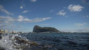 Vista del Peñón de Gibraltar desde la ciudad española de Cádiz.