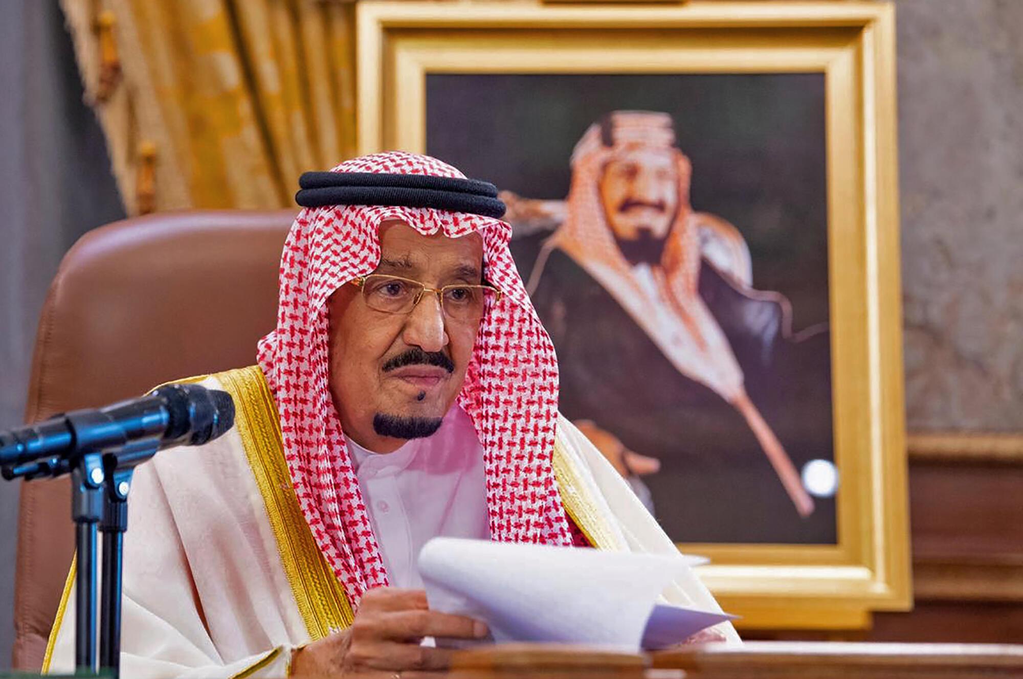 صورة وزعها الديوان الملكي السعودي بتاريخ 19 آذار/مارس 2020 تظهر الملك سلمان لدى إلقائه خطابا في الرياض.