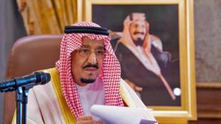 صورة وزعها الديوان الملكي السعودي بتاريخ 19 آذار/مارس 2020 تظهر الملك سلمان لدى القائه خطابا في الرياض