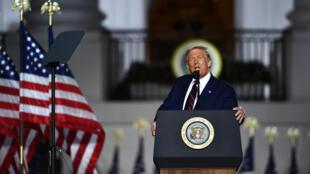 الرئيس الأميركي دونالد ترامب يلقي كلمة يقبل فيها رسميا ترشيح حزبه لولاية ثانية في حدائق البيت الأبيض في ختام المؤتمر الوطني الجمهوري في 27 آب/أغسطس 2020