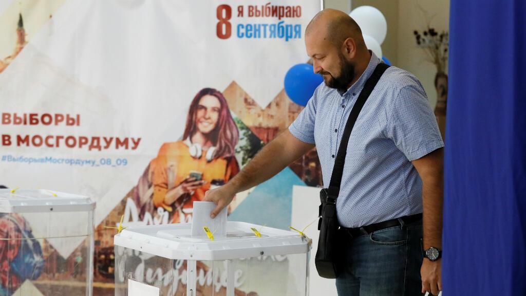 Un hombre deposita su papeleta en una urna durante las elecciones al Parlamento de Moscú, Rusia, el 8 de septiembre de 2019.