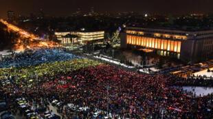 À Bucarest, des milliers de personens sont dans la rue.