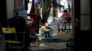 """Des enfants dans le bidonville """"Le Samaritain"""" à La Courneuve, le 14 août 2015."""