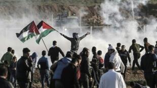 فلسطينيون يتظاهرون في الثامن من فبراير/شباط قرب السياج الحدودي الإسرائيلي شرق غزة.
