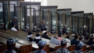 قاعة المحكمة واقفاص الاتهام العازلة في محاكمة 700 متهم في القاهرة، في 8 ايلول/سبتمر 2018