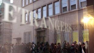 """Des migrants attendent devant le service """"migration et intégration"""" de la préfecture de police de Caen (Normandie), en novembre 2011."""