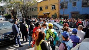 La gente se para en una calle después de un terremoto en la Ciudad de México, México, el 1 de febrero de 2019.