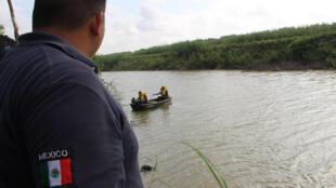 Un rescatista de la Protección Civil mexicana trabaja en la zona donde fueron hallados los cuerpos sin vida de un migrante y su bebé a una orilla del Río Bravo en Matamoros, frontera con EE.UU., en el estado de Tamaulipas (México).