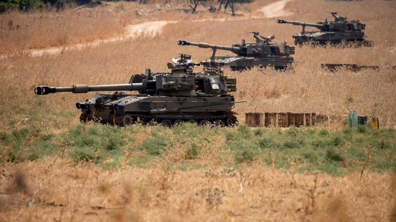 Las unidades de artillería móvil israelíes se ubican en el norte de Israel cerca de la frontera con el Líbano, el martes 28 de julio de 2020.