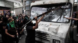 Cientos de activistas mexicanas marcharon el pasado viernes 14 de febrero en la capital contra la violencia de género, prendieron fuego a cuatro vehículos de un periódico como un represalia a los medios que difundieron imágenes del feminicidio de Ingrid Escamilla.