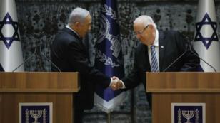 El primer ministro israelí, Benjamin Netanyahu, le da la mano al presidente Reuven Rivlin en la residencia de este último en Jerusalén.
