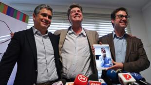 El abogado Juan Pablo Hermosilla (i) y las víctimas de abuso sexual del influyente párroco Fernando Karadima: James Hamilton (c), José Andrés Murillo (d) y Juan Carlos Cruz (pantalla), ofrecen una rueda de prensa en Santiago.