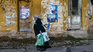 Une femme passe devant des affiches électorales dans la banlieue de Sofia, en Bulgarie, deux jours avant le scrutin du 13 novembre 2016.