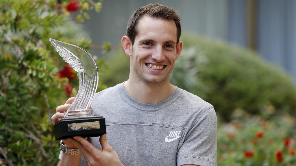 Renaud Lavillenie, le 21 novembre 2014 à Monaco, tenant son trophée d'athlète de l'année.