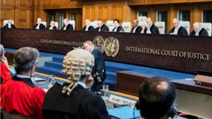 Los miembros de la Corte Internacional de Justicia asisten a una audiencia ante un demanda de Irán para detener las nuevas sanciones impuestas por Estados Unidos, en la sala de la Corte Internacional en La Haya, Países Bajos el 27 de agosto de 2018.