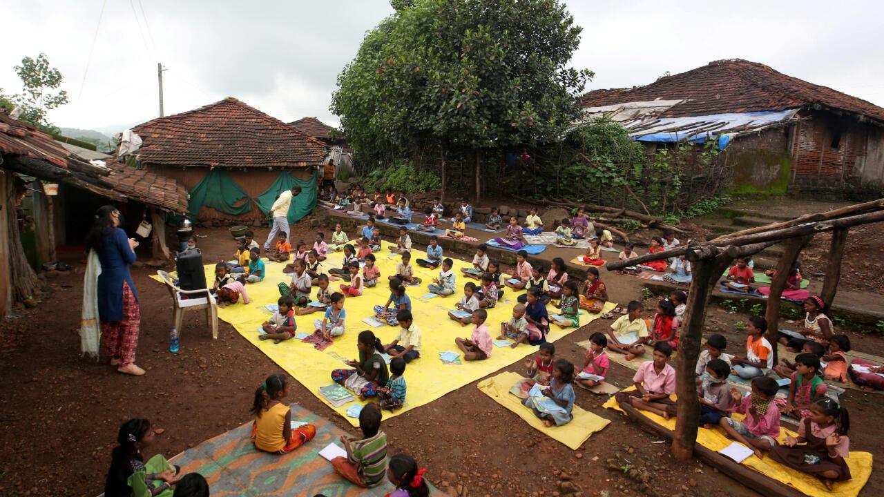 Un grupo de niños en la aldea de Dandwal, estado de Maharashtra, India, reciben una clase pregrabada ante el cierre de su escuela por la pandemia. 28 de julio de 2020