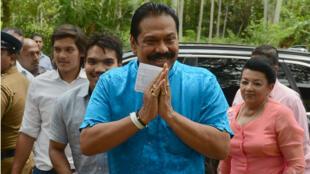 L'ancien président Mahinda Rajapaksa à son arrivée au bureau de vote de Tangalla, le 17 août 2015.