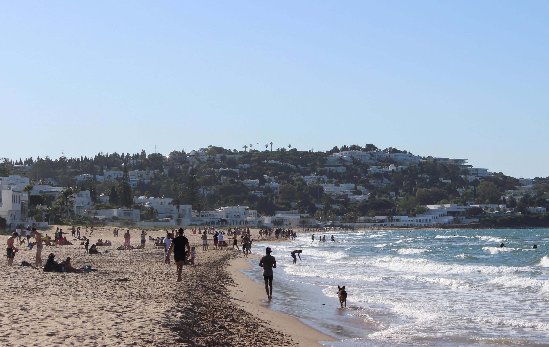 """تونس تخفف من إجراءات الإغلاق، شاطئ """"المرسى"""" بالقرب من تونس العاصمة، 11 مايو/ أيار 2020"""